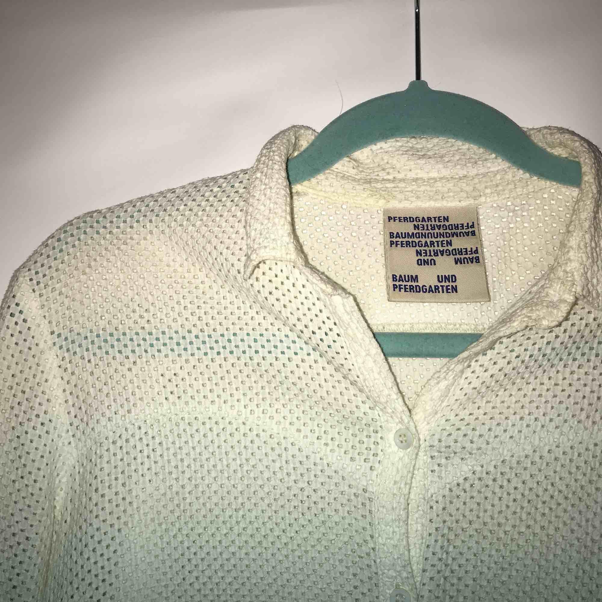 Gräddvit skjorta med jättefin textur. Från märket Baum und Pfergarten. Saknar storlekslapp men det är en 34 som är liten i modellen. Är i fint skick utan skavanker. Möts upp i Stockholm eller fraktas. Köparen står för frakt.. Blusar.