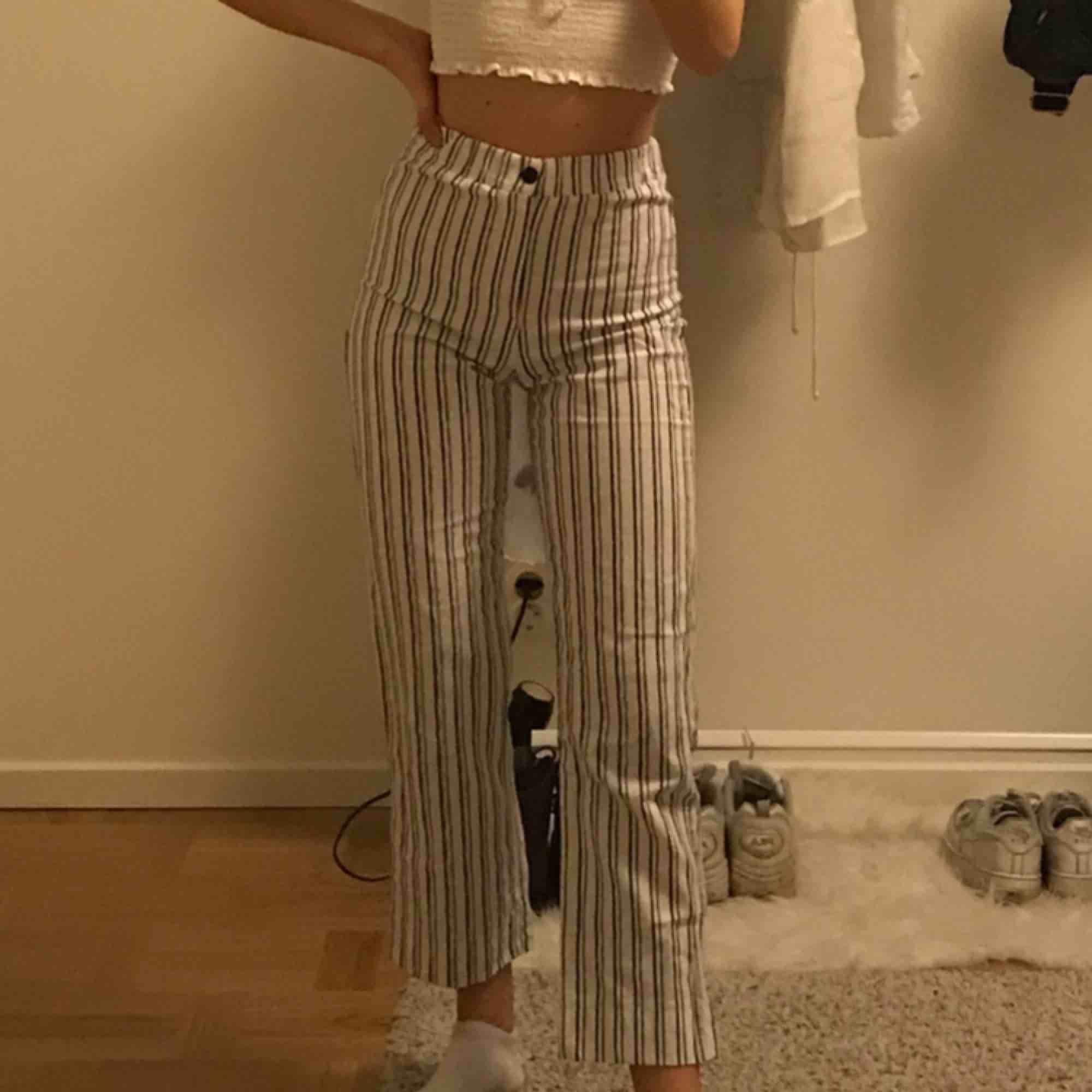 Skiiitsnygga randiga byxor inköpta på Brandy Melville ! onesize (XS) Tar Swish, kan frakta eller möts upp i centrala Stockholm 🖤. Jeans & Byxor.