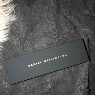 Ett snyggt arbamnd till klocka från Daniel Wellington, Aldrig använt Nypris: 399kr Hämtas upp hemma hos mig eller fraktas mot fraktkostnad som ligger på 40kr