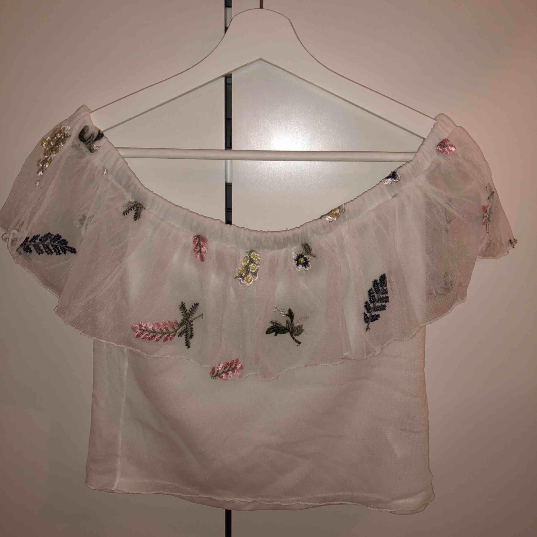 Supersöt off shoulder tröja från hm som är knappt använd💕 köpt för 250 kr. Blusar.