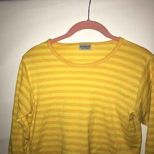 Gulrandig Marrimekko tröja, liten storlek men sitter snyggt på. Storlekslappen saknas men passar mig som har 34, har trekvartslånga ärmar. Skick: använt Möts upp i Stockholm eller skickar. Köpare står för frakt.
