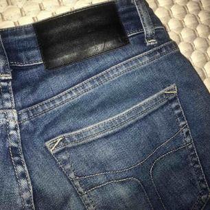 """Ett par blå jeans i modellen """"Slight"""" från märket """"Tiger of Sweden jeans"""", storlek 26/30, cirka XS. Normalhög midja. Sitter tight. Använda men fortfarande fint skick. Säljer pga för små. Nypris 1300kr"""