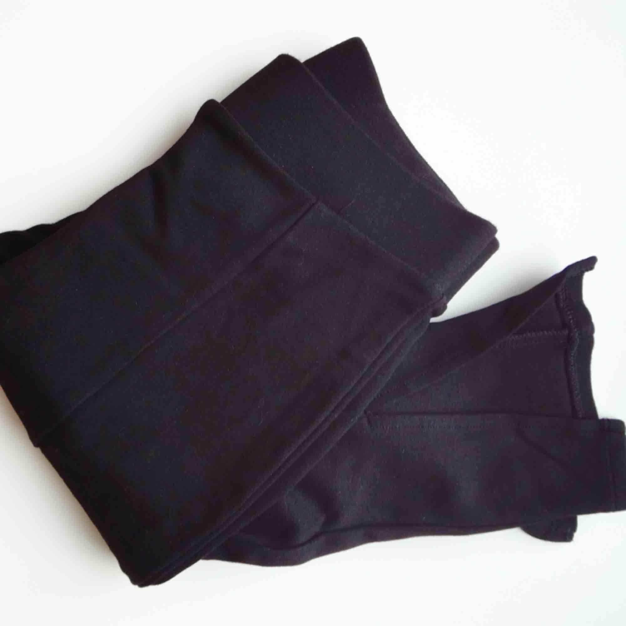 Svarta leggings från New Look Strl uk 8, eu 36. Synlig söm längst framsidan av benen och en snygg slits längst ner 🤩 Endast använda en gång. 📬Frakt ingår i priset!. Jeans & Byxor.