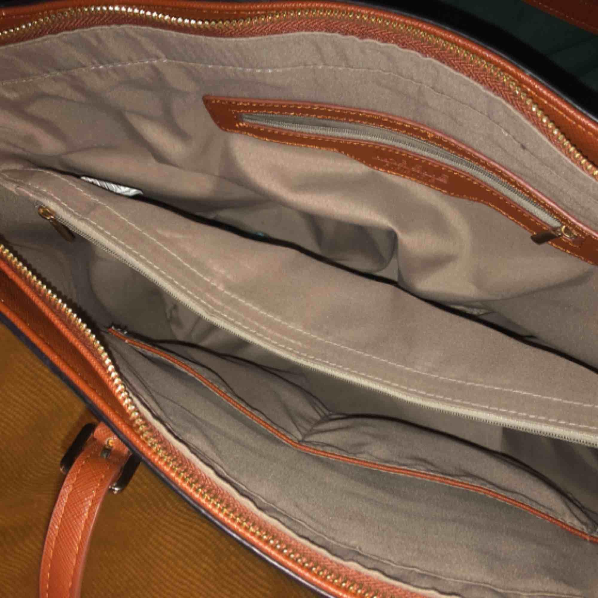 Säljer min handväska som jag köpte från Ullared för något år sedan. Är bra och har mycket utrymme. Frakt tillkommer. Väskor.