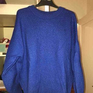 Glittrig blå tröja från HM! Dåliga bilder, men den är väldigt fin och skön! Har använt den 3 gånger, så den är inte sliten alls.