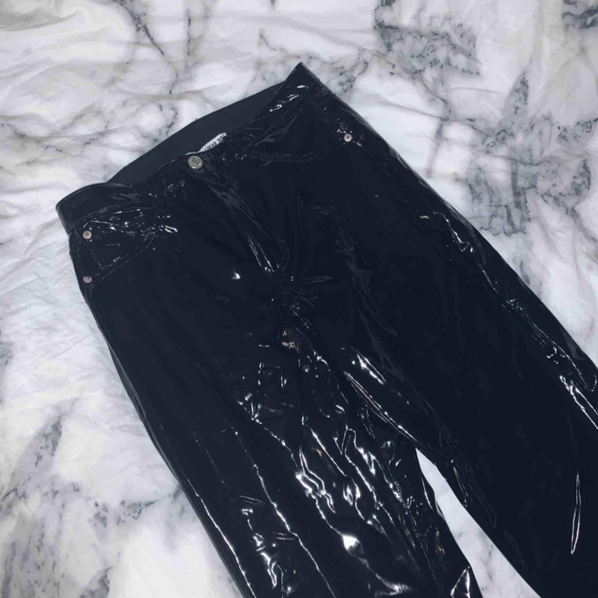 Står st 40 men är jätte små i storlek så skulle säga dom passar 36-38 mer, i bra skick. Jeans & Byxor.