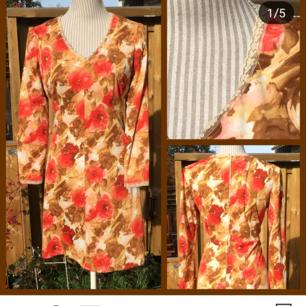 Jättefin klänning från 60 eller 70-talet. Fint skick! Passar M, och säkert L. Frakt ingår.