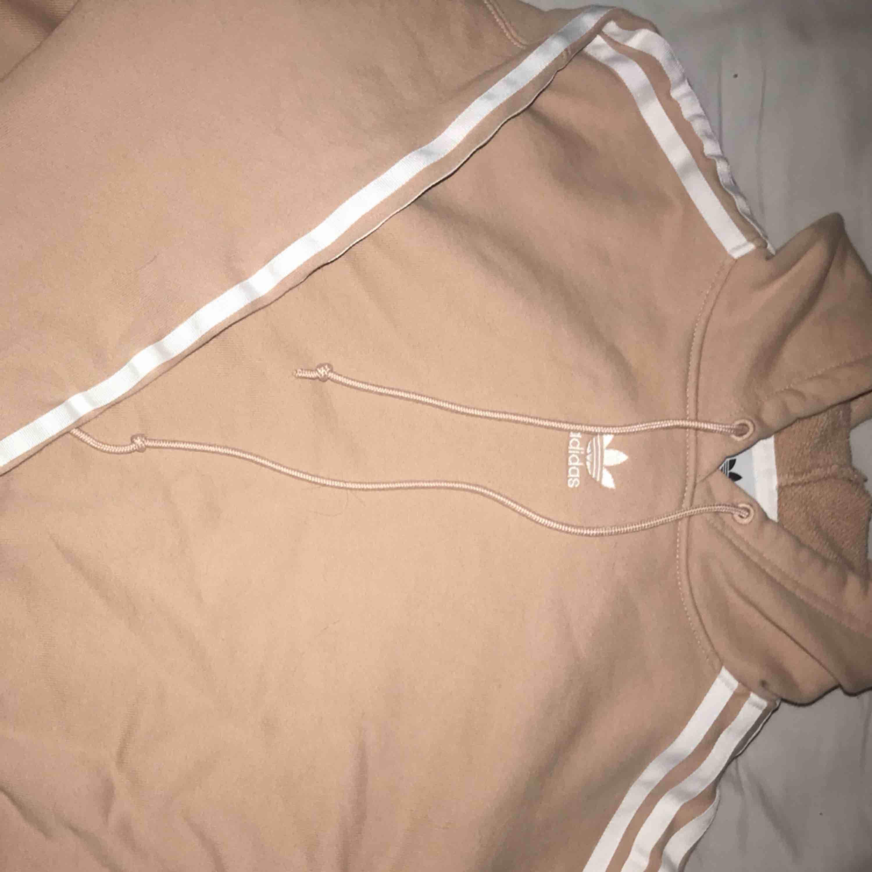 Adidas hoddie i fint skick!. Huvtröjor & Träningströjor.