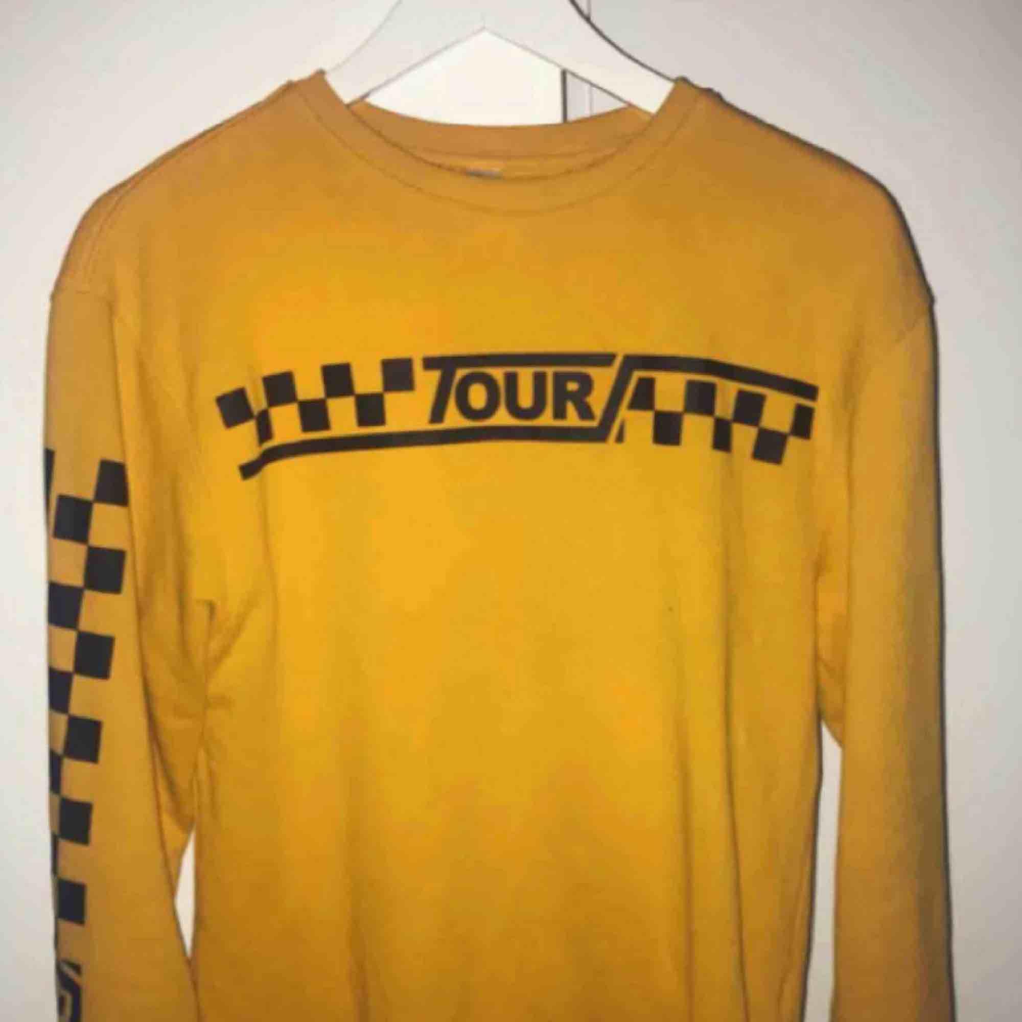 Gul tröja i jätte bra skick från h&m. Huvtröjor & Träningströjor.