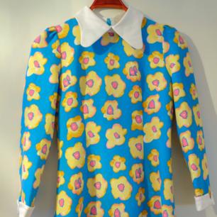 Vintageklänning med fina detaljer och starka färger