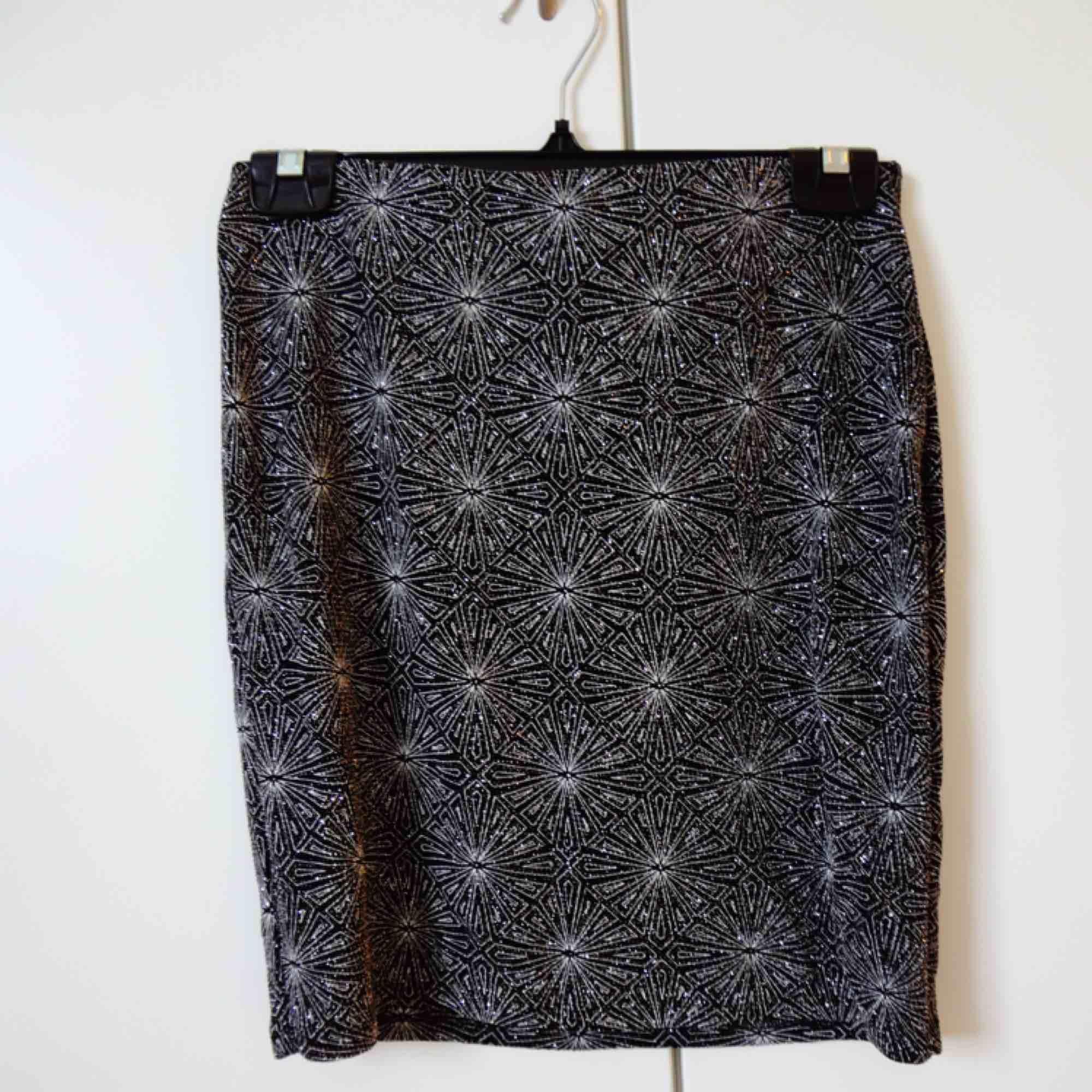 Glittrig mönstrad kjol i svart och silver från H&M. Aldrig använd, endast provad & tvättad. Kommer tyvärr aldrig till användning, så hoppas att den kan hitta ett nytt hem. 📬 Frakt ingår . Kjolar.