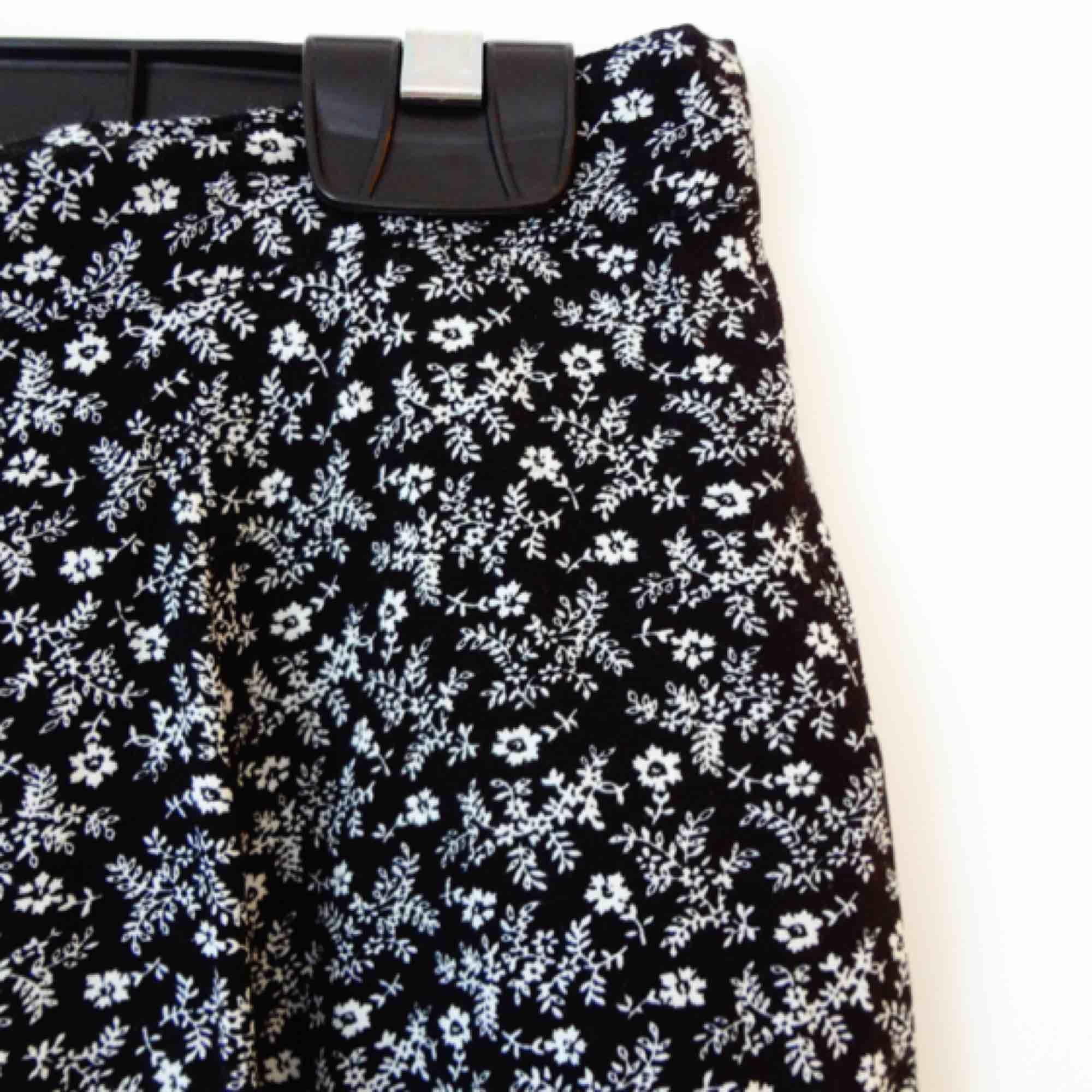 Gullig kjol från Bikbok med småblommigt mönster. Storlek L, men då den har resår i midjan har den även passat mig med strl 36/38. Endast använd ett fåtal gånger.. Kjolar.