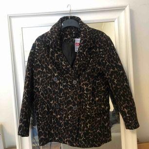 Säljer en leopardkappa i storlek 34 som aldrig kommit till användning, är därför i väldigt fint skick!  Kan posta (köparen betalar frakten) eller mötas upp i Stockholm