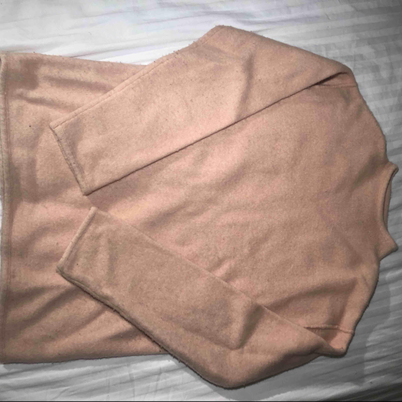 Fin stickad tröja från weekday. Svårt att få en rättvis bild på färgen men den är ljusrosa. Modellen är lite längre och kan stajlas super snyggt med t.ex. ett skärp i midjan! Tröjan är i använt men fint skick. . Stickat.