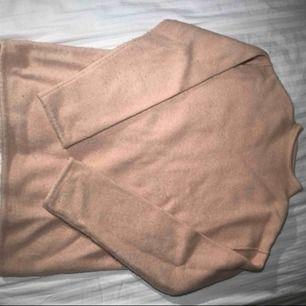 Fin stickad tröja från weekday. Svårt att få en rättvis bild på färgen men den är ljusrosa. Modellen är lite längre och kan stajlas super snyggt med t.ex. ett skärp i midjan! Tröjan är i använt men fint skick.