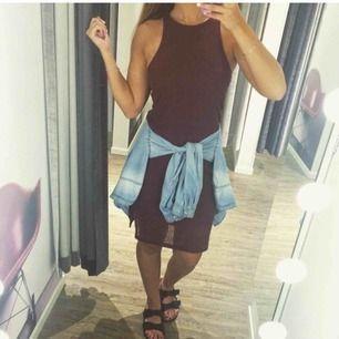 Svarr ribbad klänning från bikbok. Midilång. Går att använda både till jobb/skola och till fest.