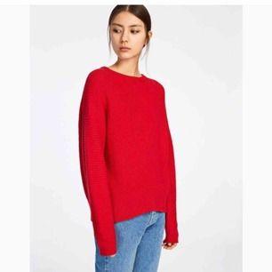 Snygg röd tröja från samsøe. Material: 55% Merino wool 20% Cotton 25% Nylon Modell: zera o-neck Storlek: L men jag har vanligtvis M och tycker om när den är lite oversize.