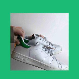 Adidas Stan smith, Väl använda men ser fortfarande helt ok ut. därav de låga priset. ✨
