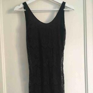 Svart spets klänning från Gina Tricot. Aldrig använd, etikett kvar. Silikon i urringningen baktill, som håller fast klänningen. Frakt inkl. i priset.