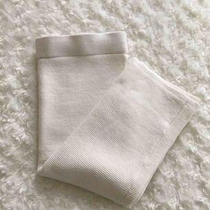 Vit ribbad pennkjol från Bik Bok. Slutar ovanför knät (Min längd: 160cm) Frakt inkl. i priset.