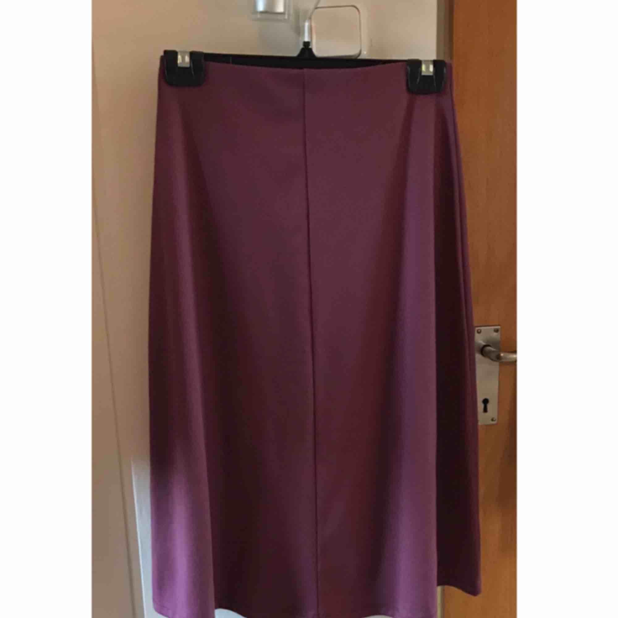 Magenta/lila mellan lång kjol aldrig använd . Kjolar.