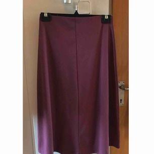 Magenta/lila mellan lång kjol aldrig använd