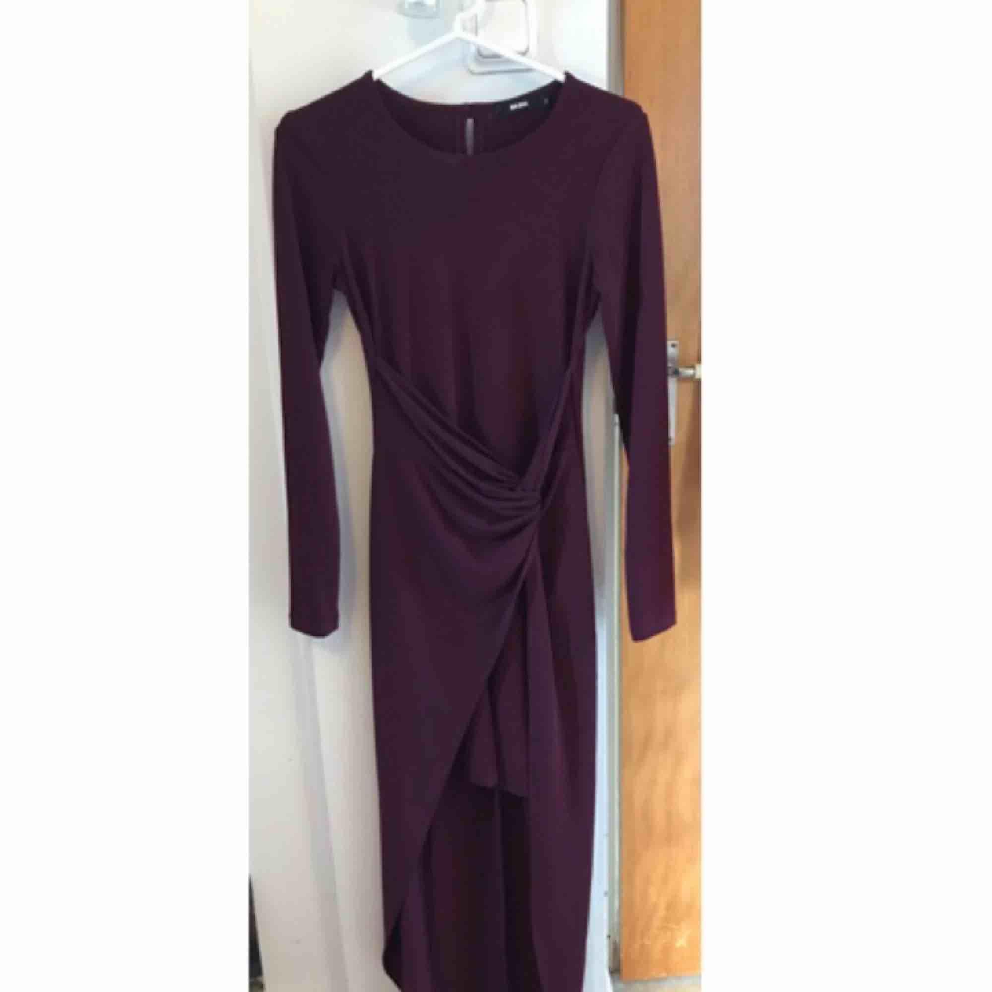 Mörkare lila långklänning, men kort fram. Aldrig använd. Klänningar.