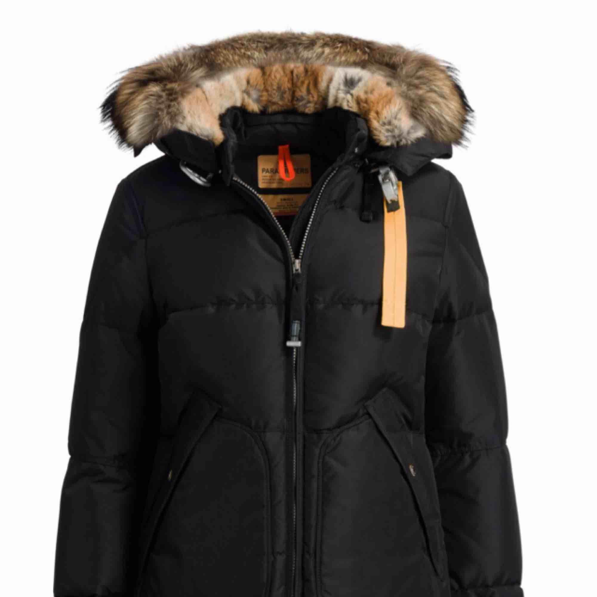 Säljer nu min Parajumper long bear i storlek M. Den är använd endast denna och slutet av förra vintern. Inga hål eller fläckar. Färg:svart ordn pris 9000 kr. Jackor.