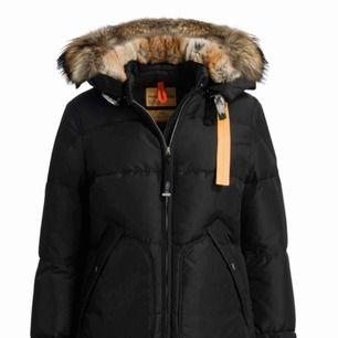 Säljer nu min Parajumper long bear i storlek M. Den är använd endast denna och slutet av förra vintern. Inga hål eller fläckar. Färg:svart ordn pris 9000 kr