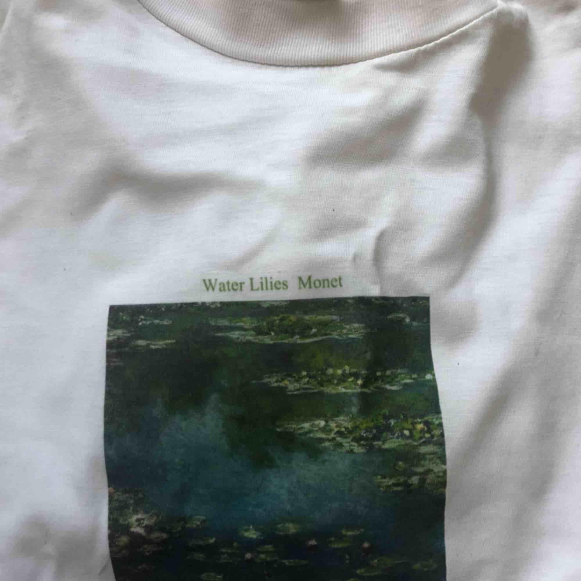 Jag trycker klassiska konstverk på t-shirts.  Första bilden är exempel på tryck jag kan göra, men har du något annat konstverk du vill ha tryckt, så bara fråga! Skriv för mer info och pris!💕. Skjortor.