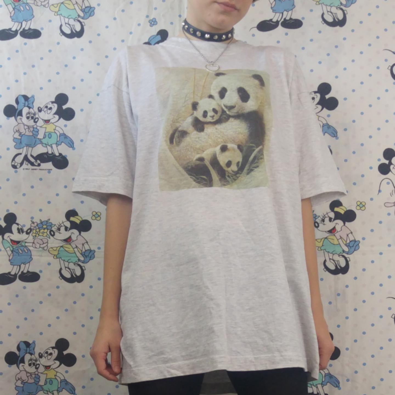 Supermysig panda t-shirt, använd och urtvättad men det tycker jag är en del av looken. Är i helt skick annars! Inte sliten i tyget. Köparen står för frakten, samfraktar gärna 😊👍. T-shirts.