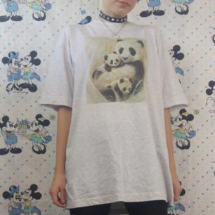 Supermysig panda t-shirt, använd och urtvättad men det tycker jag är en del av looken. Är i helt skick annars! Inte sliten i tyget. Köparen står för frakten, samfraktar gärna 😊👍