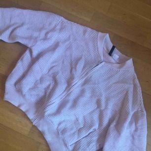 """Rosa glittrig """"bomber"""" tröja. Dragkedja och två fickor. Använd fåtal gånger"""
