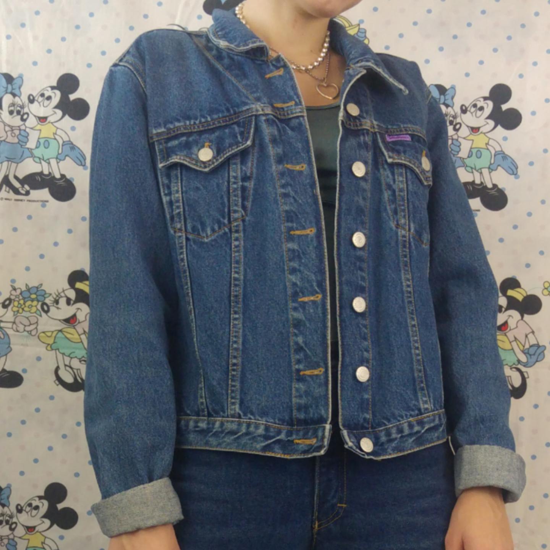 Skitsnygg jeansjacka i storlek large köpt secondhand men tror det är en mindre dammodell för storleken är ganska liten för att vara en small. Jag själv brukar ha xs/s och är 170 cm lång och den sitter bra på mig! Köparen står för frakten, samfraktar gärna 👍😊. Jackor.