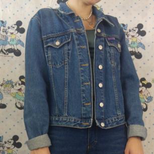 Skitsnygg jeansjacka i storlek large köpt secondhand men tror det är en mindre dammodell för storleken är ganska liten för att vara en small. Jag själv brukar ha xs/s och är 170 cm lång och den sitter bra på mig! Köparen står för frakten, samfraktar gärna 👍😊