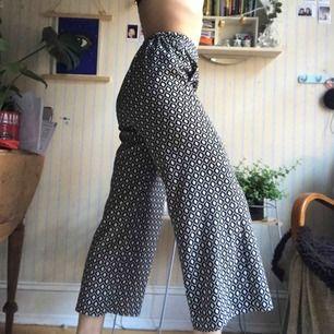 Ett par supersnygga vida kostymbyxor från hm. Jättesköna på sommaren eller när som. Jag kan mötas upp i Göteborg eller skicka, köpare står för frakt. 👍🏼👍🏼❤️
