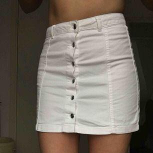 Kort kjol från Ginatricot. Stretchig och bekväm. Säljer då det inte riktig är min stil, använd 1 gång.  Jag står för frakt!