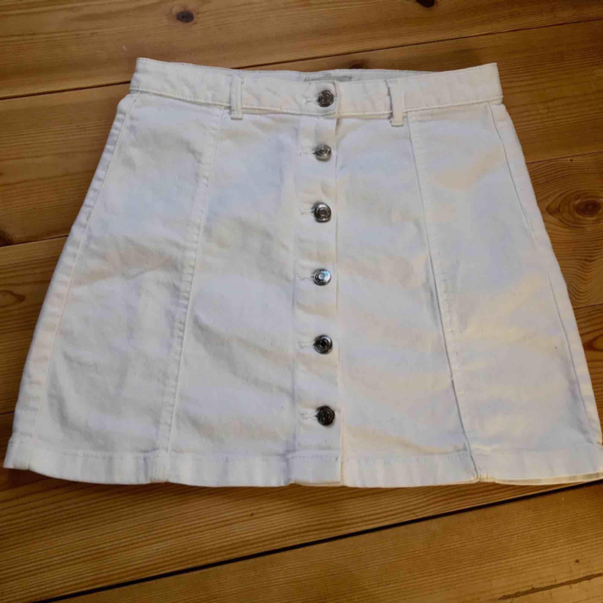 Kort kjol från Ginatricot. Stretchig och bekväm. Säljer då det inte riktig är min stil, använd 1 gång.  Jag står för frakt!. Kjolar.