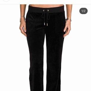 Juicy couture mjukisbyxor, utsvängda, i storlek xs. De jag säljer är svarta men jag hade ingen bild på hur de ser ut bakifrån så jag fick ta bild på ett par rosa. Knappt använda!