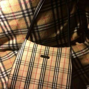 Burberry Nova check handväska. Fraktar över hela Sverige men köparen står för frakt. Tar swish.