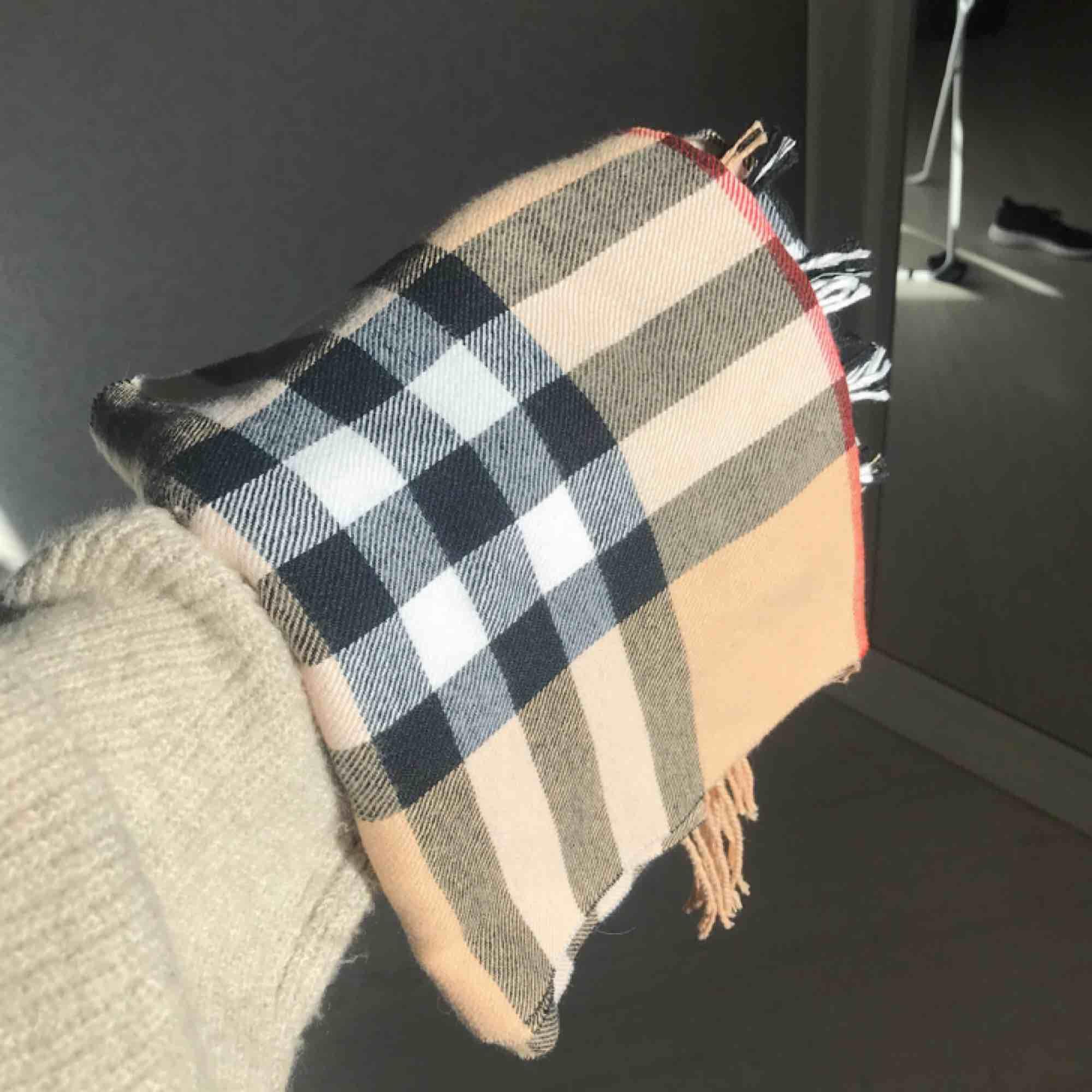 Snygg halsduk som liknar den från Burberry 🌟 frakt på 35 kr tillkommer!. Accessoarer.