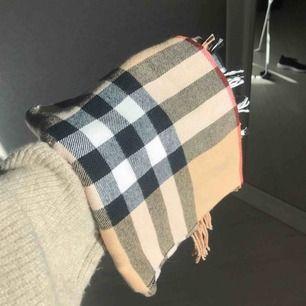 Snygg halsduk som liknar den från Burberry 🌟 frakt på 35 kr tillkommer!