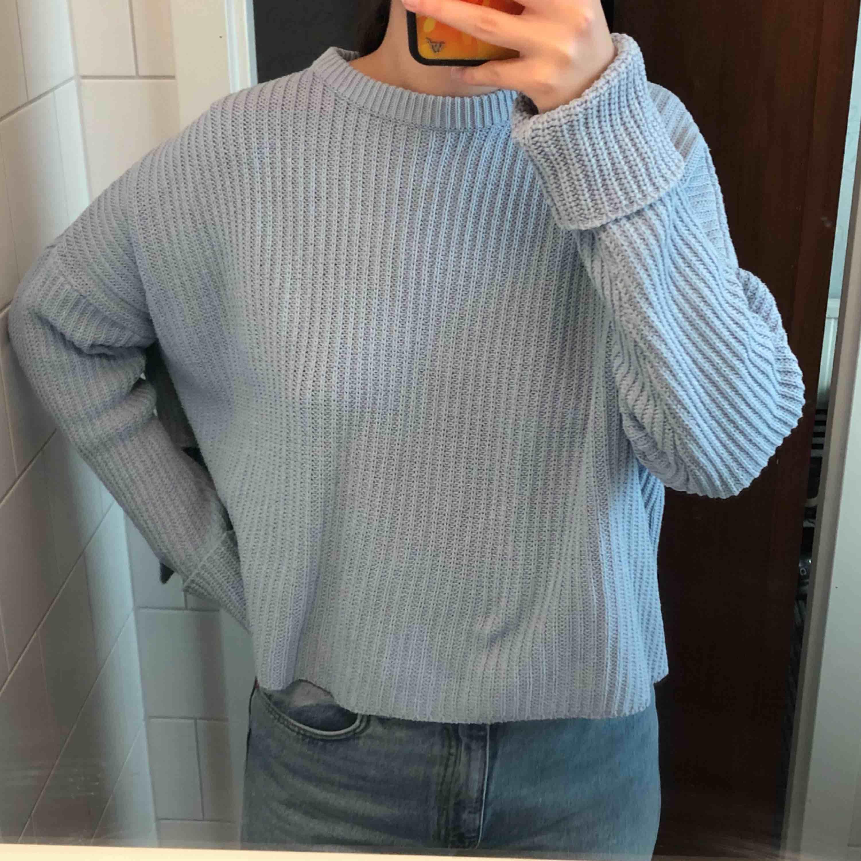 Söt babyblå stickad tröja från Monki, sparsamt använd och i fint skick 💙. Stickat.