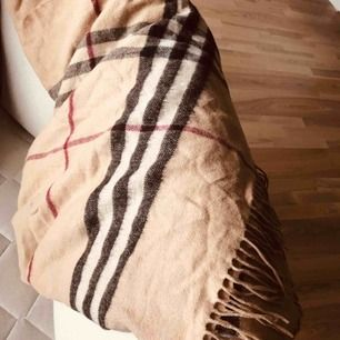 Burberry halsduk, jättestor  Jag har använt den som filt / dekoration. Köptes för några år sedan i Malmö på en vintagebutik. Fint skick. 100% cashmere Måtten är 120x120