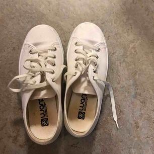 Snygga vita skor dom är för små för mig   Kan skickats :)
