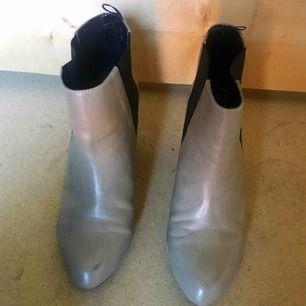 Supersnygga skor från H&M i storlek 39. Helt nya och oanvända, köptes för 299kr.  Säljer för 60kr + frakt eller mötas upp i Stockholm