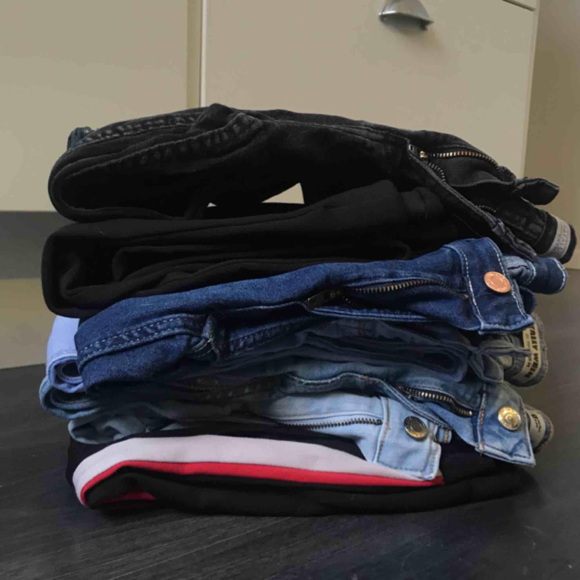 7 par jeans, hör av er för bilder på jeansen! Alla är ett fåtal gånger använda och är i fint skick. . Jeans & Byxor.
