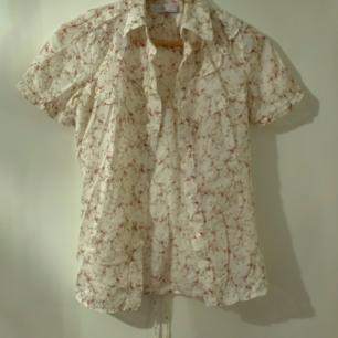 Blommig skjorta med snörning