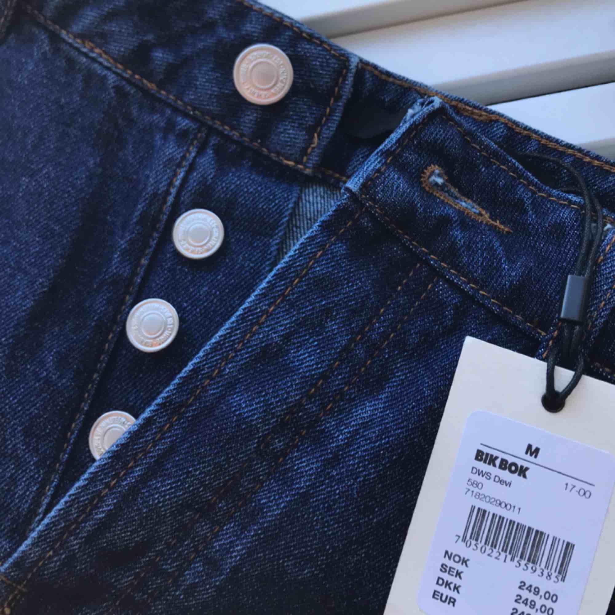 Jeanskjol med prislappen kvar, aldrig använd utan endast testad. Köpare betalar frakt!!. Kjolar.