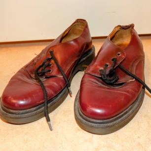 Superfina röda Dr Martens-lika skor med gummisula, står ingen storlek men borde vara 40/41